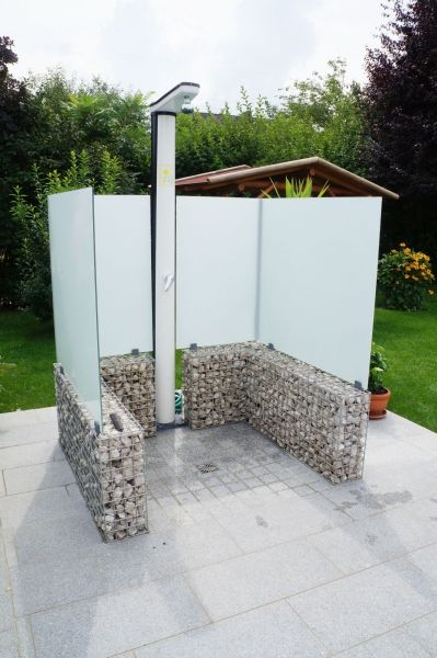 Die hohen Glaswände verleihen der Dusche Eleganz und sind leicht zu