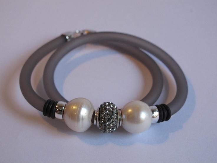 Pulsera gris con perlas