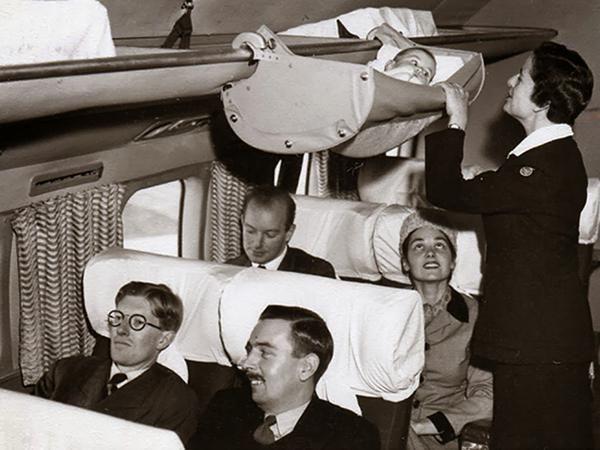 Cosa troverete: un esempio di humor agghiacciante del 1900, una mamma che controlla il proprio bimbo che viaggia appeso alla cappelliera dell'aereo, il veterano che visse per anni con una pal…