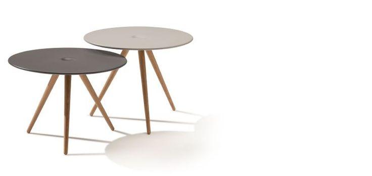 """CUP bord - et visuelt """"drops"""".  I 2013 lanserer Fora Form et nytt designbord fra Knudsen Berg Hindenes. Cup bordet kom som en idé til sofaen UP, som ble lansert på møbelmessen i Stockholm 2012. Knudsen Berg Hindenes ønsket å designe et visuelt lett bord, som en kontrast til den voluminøse sofaen. Bordplaten er laget av integralskum som gir en myk, silkematt overflate.  Cup leveres i to høyder, med to fargevalg på platen, lys grå eller antrasitt grå."""