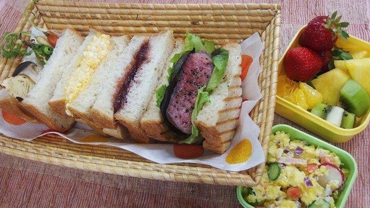 20_ Teruaki_Japan  食パンを焼いて、家で作れるものは出来るだけ自家製にこだわり、 ボリューム感のある食べごたえのあるサンドイッチに仕上げました。 季節感のある旬の素材にもこだわりました。  弁当の内容、こだわりポイントなど。 サンドイッチ ●黒毛和牛自家製ローストビーフ ●自家製あまおういちごジャム  ●焼き野菜(たけのこ、間引き人参、さやえんどう、霜降りひらたけ、グリーンアスパラ) ●たまご  ●ポテトサラダ インカのめざめ、ラディッシュ、紫玉ねぎ、間引き人参、きゅうり、ハム ●フルーツ あまおうイチゴ、パイナップル、キウイ、甘夏