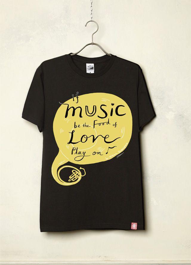 """『If music be the food of Love/Nozomi Inoue』(Black) イギリスのキングストン大学でイラストを学び、2009アメリアズマガジンTwo of Heart展入選を始め、様々なジャンルで活躍する、ロンドン在住日本人女性イラストレーター/絵本画家「Nozomi Inoue」作品。今作品は「音楽」をテーマに制作! 「作品のインスピレーションは、シェイクスピアの『十二夜』の幕開けの最初の台詞、If music be the food of love, play on (音楽が恋の糧であるなら、演奏を続けてくれ)です。 なぜか""""音楽""""というテーマを聞いたときから、この台詞が頭から離れなかったので、その台詞をデザインにおり込んでみました。」とのこと。"""