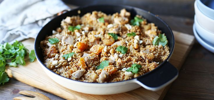 Kjøp Alt-i-ett couscous med kylling og resten av ukeshandelen med ett klikk! Kyllingpanne med couscous, kikerter og aprikos smaker fantastisk. Det beste er at du lager alt i en og samme panne!