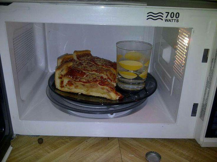 """Doe n glas water bij de dingen die je knapperig wil houden in de magnetron. Ook in de oven om iets te """"herbakken"""" (lekkerbekjes, harde broodjes enz.)"""