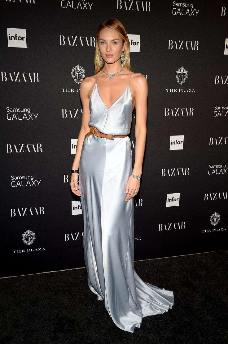 O cinto de couro e as joias fazem toda a diferença neste vestido camisola azul-clarinho, usado pela angel Candice Swanepoel. Não fossem os complementos, pareceria que a top teria saído da cama