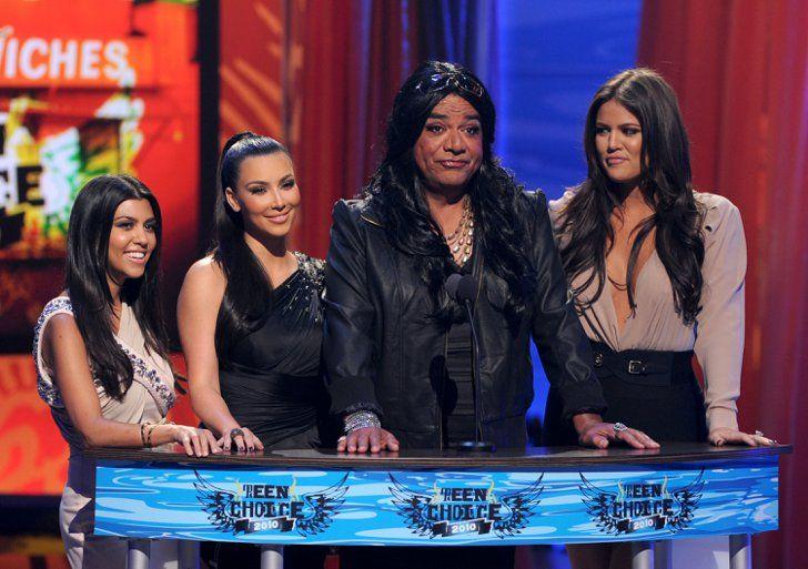 Pin for Later: Kim Kardashian, de Party Girl à Hot Mama  Kim, Kourtney, Khloé et George Lopez lors des Teen Choice Awards à LA en Août 2010.