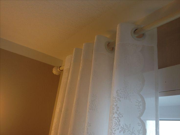 Ikea Gardine über weißen Stoff genäht, mit Ösen Löcher für Gardine