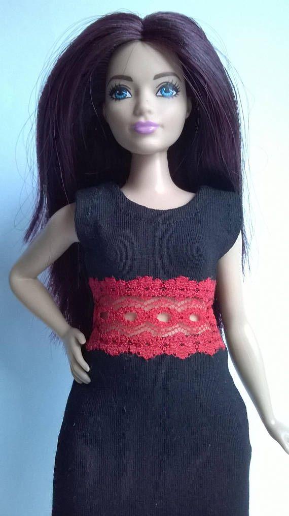 De little black dress met rood kant invoegen voor bochtige