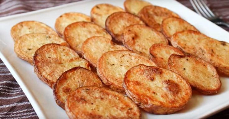 Pidät sitten kiharaisista ranskalaisista tai lohkoperunoista, niin koskaan ei voi olla liikaa vaihtoehtoja. Tässä yksi vähemmän käytetty variaatio perunoiden paistamiselle: mökkiperunat! Yksinkertaista ja herkullista. Katso ainekset alta ja tarkempi ohje videolta! Ainekset: 4 russet-perunaa (vajaan 1 cm siivuina) Suolaa maun mukaan Mustapippuria maun mukaan hyppysellinencayennepippuria hyppysellinenProvencen yrttisekoitusta 2 ruokalusikallistaöljyä Katso lisää ruoka & juoma -videoita...