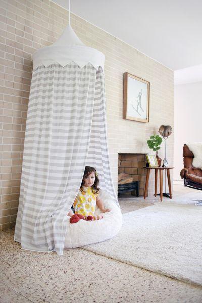 """Tenda infantil de teto além de divertir as suas crianças pode também ser um espaço para você """"esconder"""" rapidamente os brinquedos quando chega alguma"""