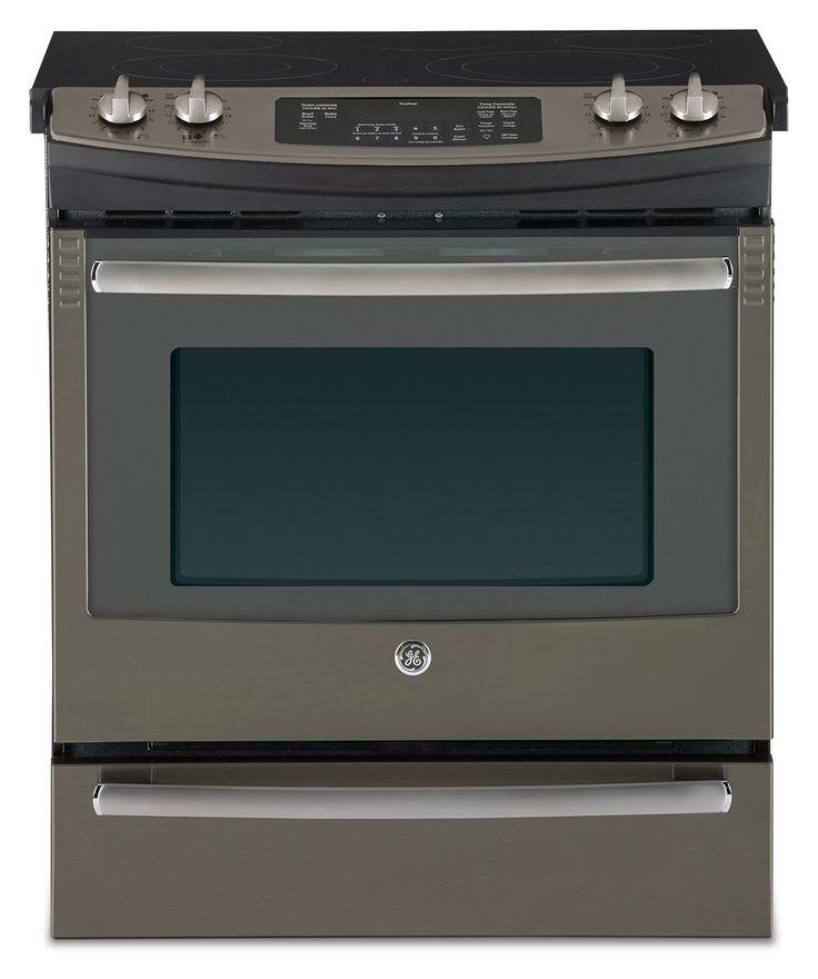 Attelez-vous aisément à vos plus grands repas familiaux au moyen de cette cuisinière électrique de GE. Utilisez le four à convection pour cuire la dinde la plus juteuse que votre famille aura jamais goûtée et ayez l'esprit tranquille en sachant que le système de gestion de la température TrueTempMC assure un chauffage adéquat et constant pendant toute la durée de cuisson. Faites mijoter une grande cuve de sauce sur le brûleur PowerBoilMC de la surface de cuisson, tandis que les célèbres p...