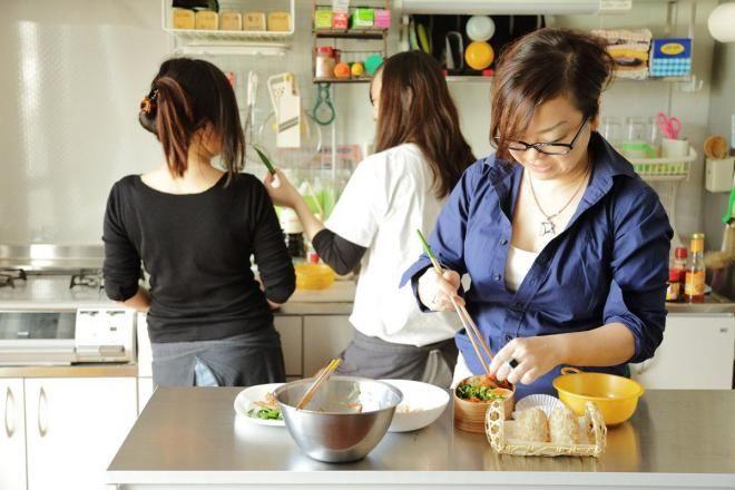 家族3人でキッチンに立つKaoriさん(右)