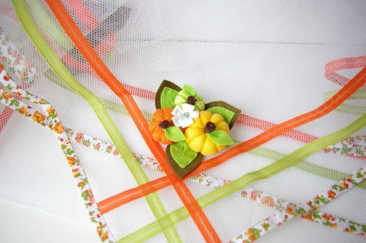 Cobre Alimentos em tule, com broches de abóboras em feltro.    Sua mesa ficará muito mais elegante com os alimentos cobertos por esse lindo cobre alimentos.