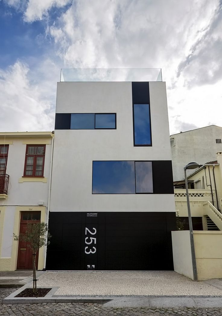 Excellent example of a contemporary home (using among other things, Alucobond) taking advantage of the great advances in materials and technology.