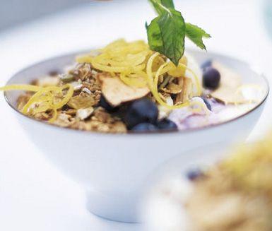 Ett utsökt recept på kanelgranola att avnjuta till frukost eller mellanmål. Du gör müslin av bland annat havregryn, kokos, solrosfrön, kanel, äpple, russin och linfrön. Underbart gott till yoghurt eller fil!
