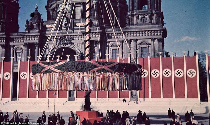 译言精选-阳光下的纳粹:柏林1937 柏林人聚集在柏林市大教堂外,观看巨大的五朔节花柱。
