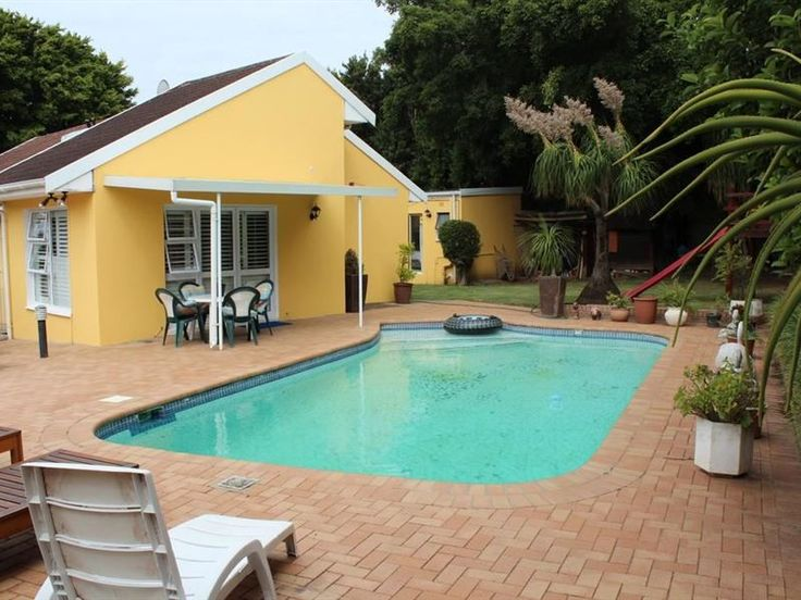 Malone House Bed and Breakfast - Welcome to our family home! We cater for all guests and any requirements you many have. Our aim is to make your stay with us an enjoyable experience and we cater for dinner for those who need.Just 800m ... #weekendgetaways #eastlondon #sunshinecoast #southafrica