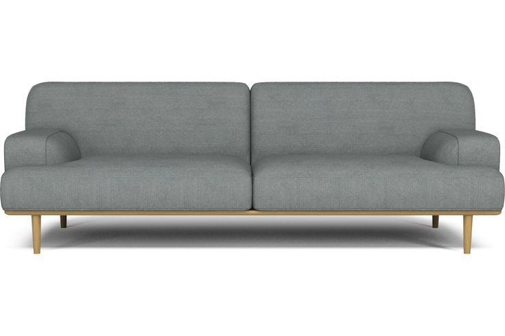 Som om den hämtats direkt från ett stort hörnkontor på Madison Avenue på 60-talet. Den här soffan är lika elegant som en reklambyråchef. Den finns i tre olika modeller plus fotpall – alla tillverkade med samma massiva stålram, rundade hörn och perfekta handgjorda detaljer.