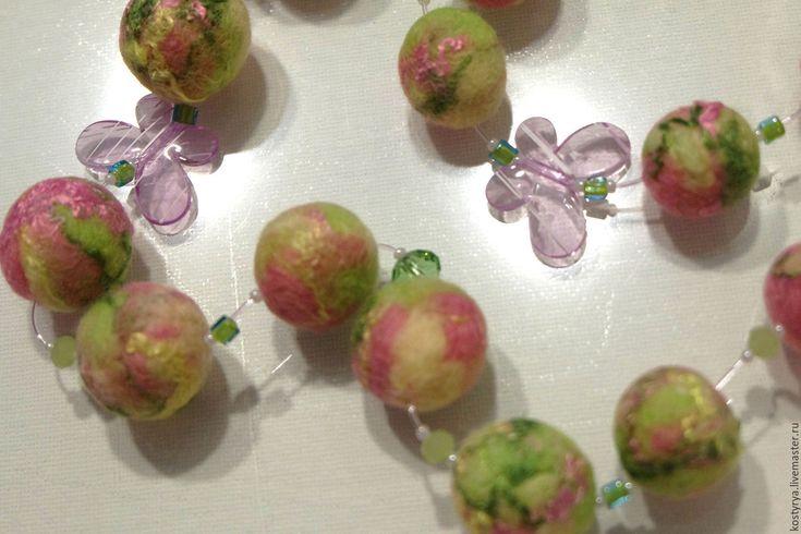 """Купить Войлочные бусы """"Молодые яблочки"""" - бледно-розовый, розовый, нежно, яблоки, бусы"""