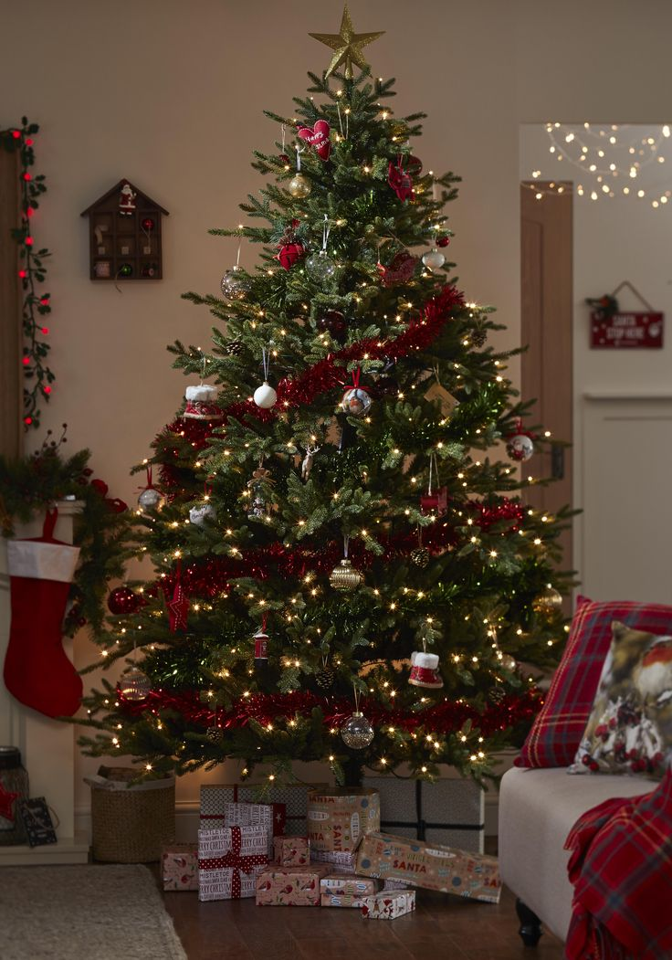 Give your living space a real traditional christmas for Red gold christmas tree decorating ideas