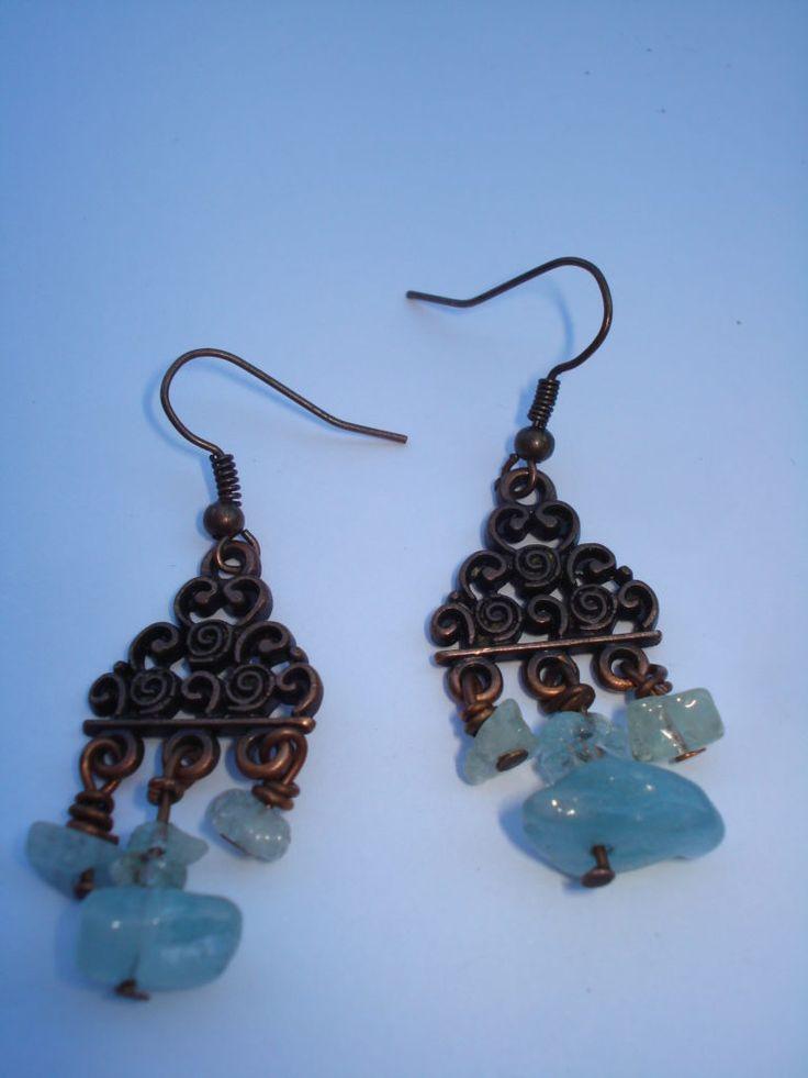 Χειροποίτα σκουλαρίκια με ημιπολύτιμες πέτρες άκουα μαρίνα και διακοσμητικά μεταλλικά χρυσά διακοσμητικά. Ιδοτήτες : Φέρνει...