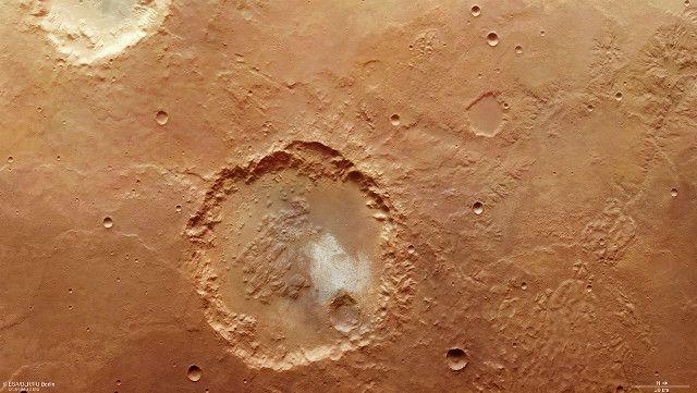 L'ESA ha pubblicato nuove immagini di un cratere del diametro di circa 70 chilometri nella regione del pianeta Marte chiamata Margaritifer Terra. Si tratta di una composizione di due immagini catturate dallo strumento High Resolution Stereo Camera (HRSC) della sonda spaziale Mars Express a quasi esattamente 10 anni di distanza nel marzo 2007 e nel febbraio 2017. Il cratere e l'area circostante mostrano per l'ennesima volta prove della presenza di acqua liquida nel passato remoto di Marte…