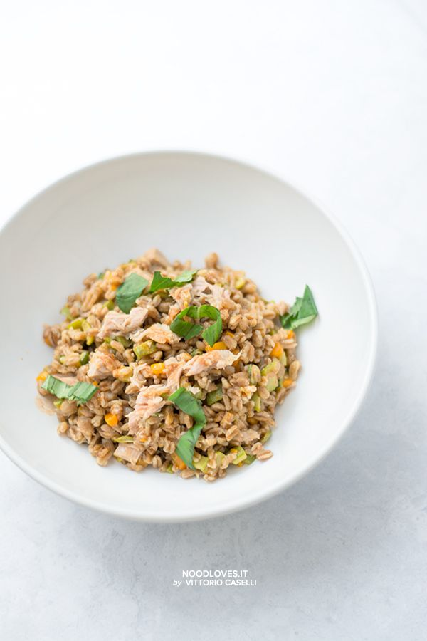 Spelt salad with veggies and tuna. Simple, Light, Good! Here the recipe http://noodloves.it/insalata-di-farro-verdure-tonno/