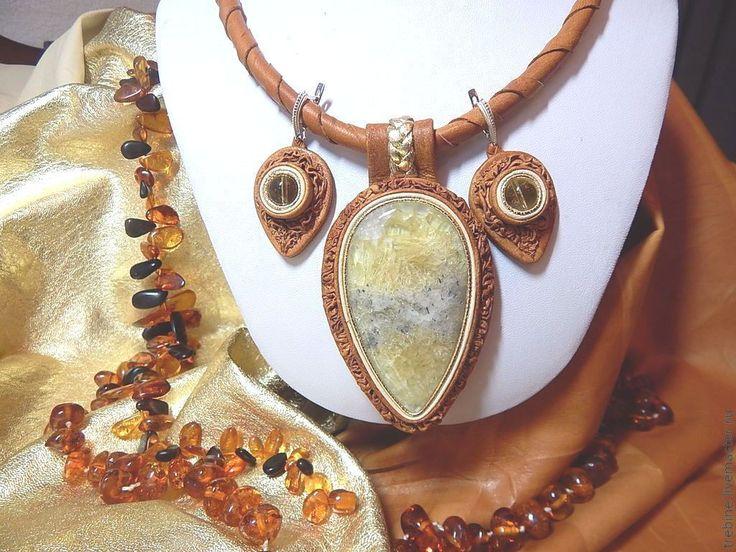 Купить Комплект из кожи с флюоритом Колосок - комплект из кожи и камня, кулон из кожи с флюоритом