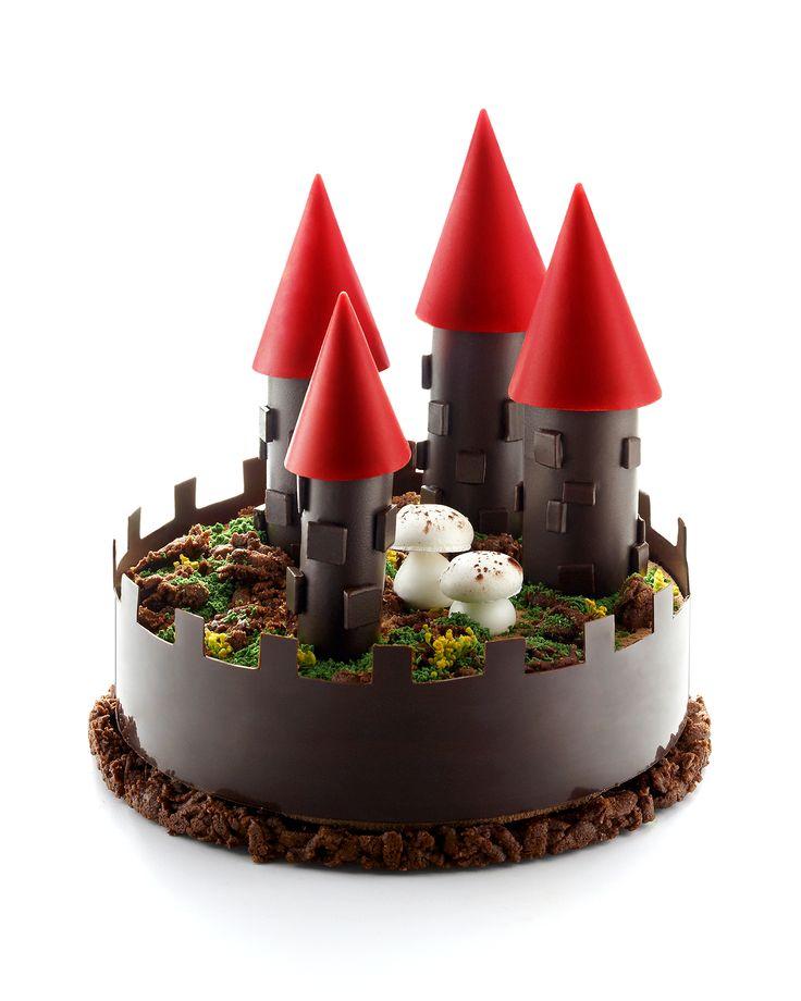 """Gâteau de Noël """"Citadelle"""" 2014 : Sur une base de streusel cacao se pose délicatement un onctueux crémeux au chocolat, surmontée d'un baba moelleux et d'une savoureuse panna cotta vanille, pour finir par une nouvelle couche onctueuse de crémeux au chocolat. Pour enchanter et régaler les petits et les grands.    #repasdefetes Création Jean-François Piège  © Laurent Fau"""