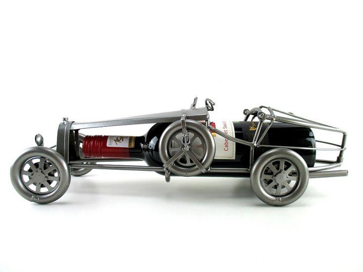 Cadeau beeldje, Klassieke raceauto Wijnfleshouder Product.nr.: HK0630 Mooi klassieke Franse raceauto, een mooi cadeau voor elke wijn en auto liefhebber. (levering zonder wijnfles) Maten (h/b/d) in cm ca.: 10 x 43 x 13