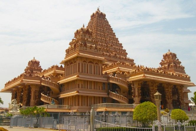 Spread over an area of 60 acres, #Chhattarpur Temple in #Delhi is dedicated to Goddess Katyayani and it also houses many large and small temples with magnificent statues of different deities.