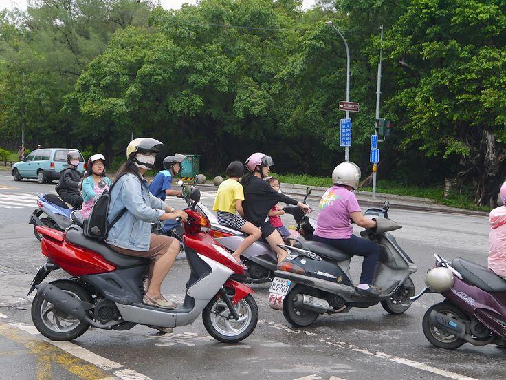 高雄市左營區勝利路・・・多的摩托車
