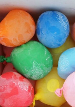 Who needs ice cubes? Keep Your Party Drinks Cold in Frozen Water Balloons (Click through to check it out!)