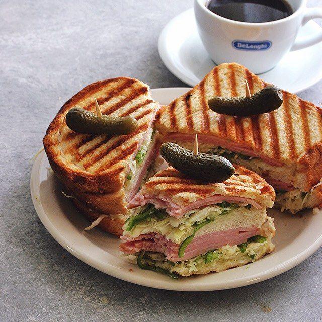 今朝はハムとコールスローでサンドイッチ。  #サンドイッチ #sandwich #ホットサンド #グリルサンド #グリルパン #ハム #コールスロー #おうちカフェ #朝ごはん #おしゃパン #熊本とっぺん野菜 #キャベツ #ピーマン