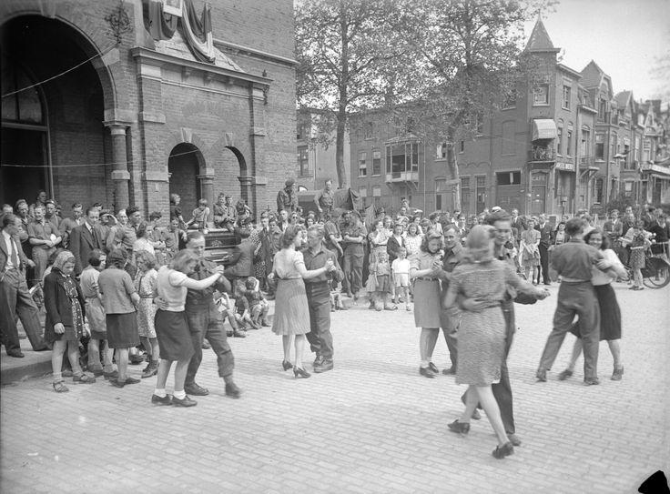 Wanneer op 5 mei '45 heel Nederland bevrijd is, wordt ook in Nijmegen feestgevierd. Mensen dansen op de bevrijdingsdag op het Hertogplein voor de Nutsschool.