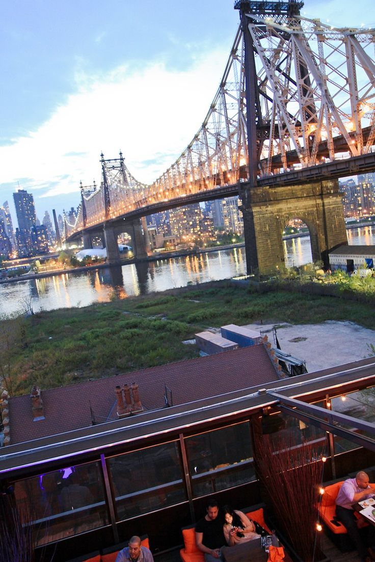 Sommerkvelden senker seg og Queensboro Bridge skinner i kapp med Manhattans skyskrapere.