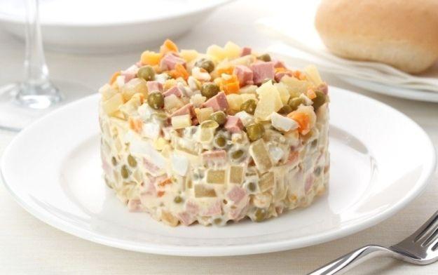 Aduce foarte mult la aspect şi la gust cu salata de boeuf, doar că în loc de maioneză se foloseşte muştar. Avantajul este că această salată se poate consuma şi în zilele de post, şi se păstrează foarte bine mai multe luni.