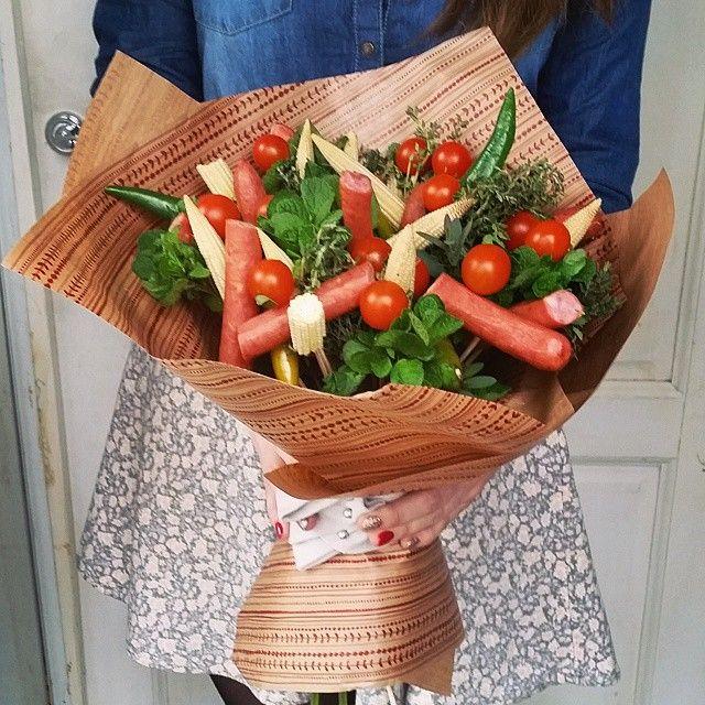«А это букет нашему директору Тимуру! Тут охотничьи колбаски, кукурузка, помидорки, перец чили, мята и тимьян! А еще все перевязанно носками! :) Приятного…»