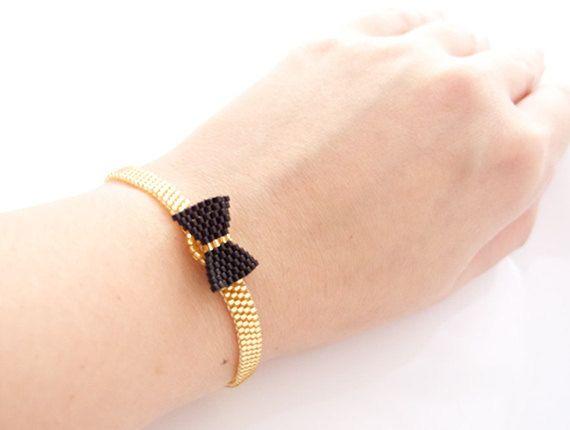 Bracelet noeud noir sur bracelet or avec fermoir élastique #jewelrytrends
