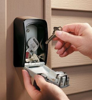 Key safes (coffre a cles) are a great way of securely keeping a spare set of keys for your home for use either in emergencies or to allow friends / family or workmen to gain access to your home without having to pass keys.