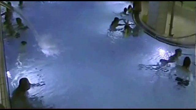 Βίντεο από κάμερα ασφαλείας σε δημόσια πισίνα στο Ελσίνκι της Φιλανδίας, δείχνει ένα πεντάχρονο αγόρι να αρχίζει να πνίγεται και να παλεύει με το νερό, ενώ οι άλλοι κολυμβητές να το αγνοούν. Το μικρό αγόρι αγωνίζεται για αρκετά λεπτά μέχρι […]