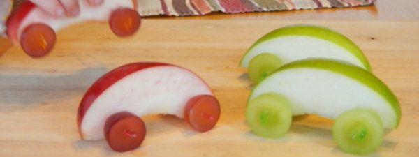 Appel auto traktatie. Simpel en gezond! Extreem simpel maar het ziet er zo mooi uit, deze autootjes van appel en fruit. Maak de traktatie kort van te voren om te voorkomen dat de appels en druiven bruin worden, en besprenkel ze ruim met citroensap. De instructies voor dit appelautootje vind je bij Benton Better Lunches (http://www.bentonbetterlunches.com/2012/01/eating-real-food.html).