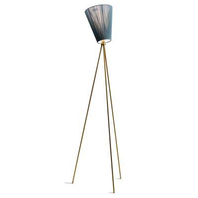 Oslo Wood gulvlampe fra Northern Lighting. Oslo Wood er en studiolampe med tredelt benstativ. Skjerm...