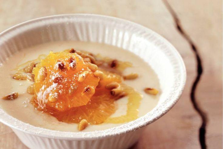 kwark/griekse yoghurt met sinaasappel, honing, geroosterde pijnboompitten