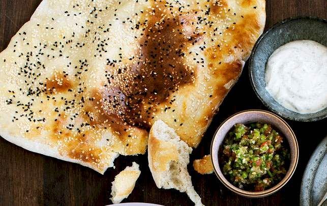 Tyrkisk brød med salsa og dild-yoghurt-dip - ALT.dk