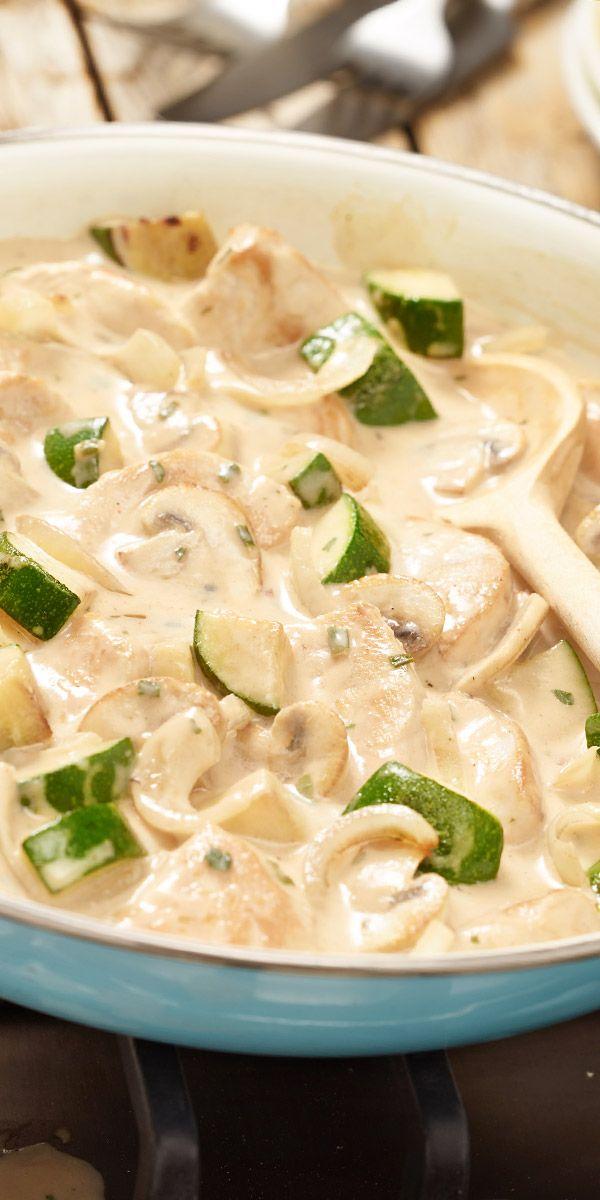 Du hast Zucchini übrig und überlegst, welches Gericht du damit zubereiten könntest? Probiere doch mal unser Puten-Zucchini-Geschnetzeltes aus. Schnell gemacht und super cremig - so schmeckt der Feierabend gleich noch besser!