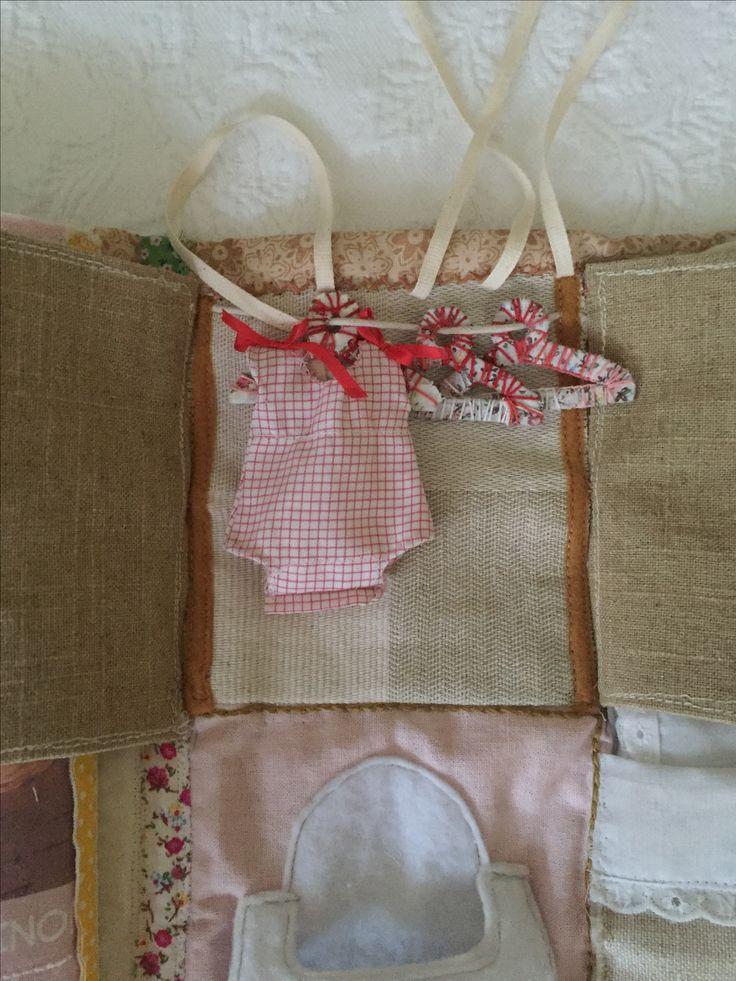 Closet con puertas de fieltro, colgadores de cartón forrado en cinta estampada adhesiva y embarrilados en hilo de bordar, ropitas a la medida para la muñeca