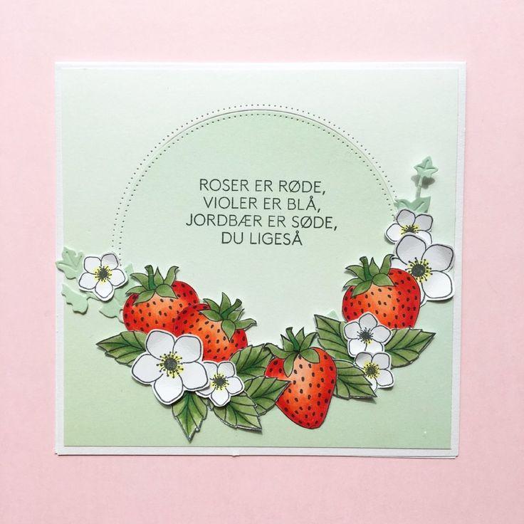 KORT 3 Et fint lille kort med jordbærtema. Stempler: jordbær, blomst og tekst, blade Dies: egeføj, cirkel Papir: 'smagen af pistage', Jordbær og blade og er farvelagt med Copic Ciao