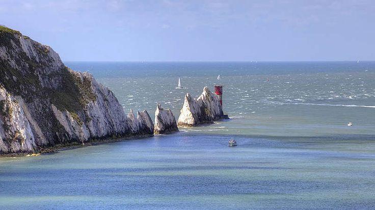 Großbritannien-Vom britischen Festland aus gelangen Wohnmobilurlauber per Fähre auf die Isle of Wight. Dort finden Urlauber die A3055, auch bekannt als Military Road, die von Chale nach Freshwater Bay führt. Auch wenn die Straße lediglich knapp 18 Kilometer lang ist, bietet sie beeindruckende Ausblicke: Klippen und die Weite des Ärmelkanals links, die Landschaft der Insel rechts. Wer in Schottland unterwegs ist, kann mit dem Reisemobil durch eine der schönsten europäischen Landschaften…