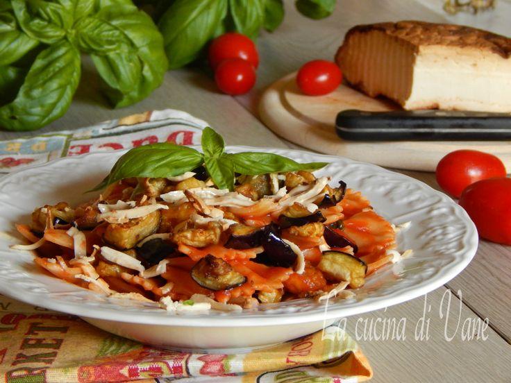 Pasta alla norma, ricetta siciliana per primo piatto gustoso e facilissimo da fare,con ricotta salata e melanzane,un primo dai profumi e sapori mediterranei